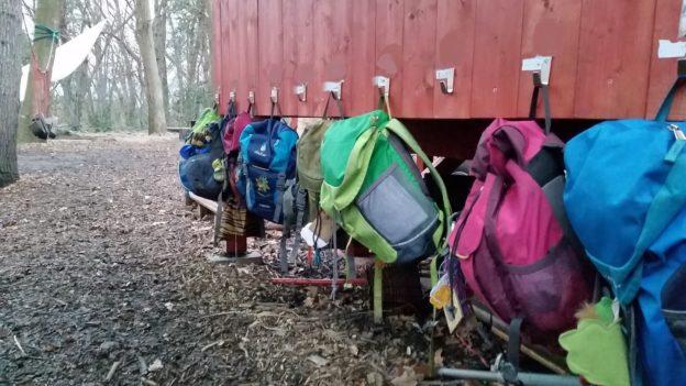Waldkindergarten Rucksäcke am Haken fertig für den Ausflug