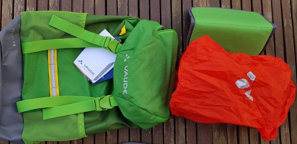 Vaude Pecki 14 mit Ausrüstung: Lupe (fehlt auf Bild), Sitzmatte und Regenhülle