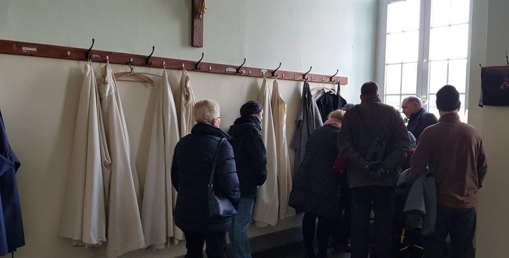 Umkleideraum mit Habits der Trappisten